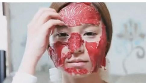 Sốc với chiêu đắp thịt sống dưỡng da của người đẹp Hàn