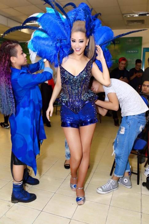 Sự cố váy áo lộ da thịt của sao Việt trong 'The Remix'