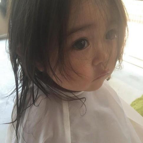"""""""Tan chảy"""" vì giọt nước mắt của cô bé Nhật khi…bị cắt tóc"""