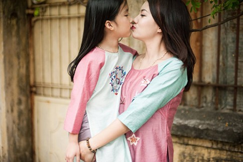 """Tan chay"" voi bo anh ao dai Tet ngot ngao cua me va con gai"