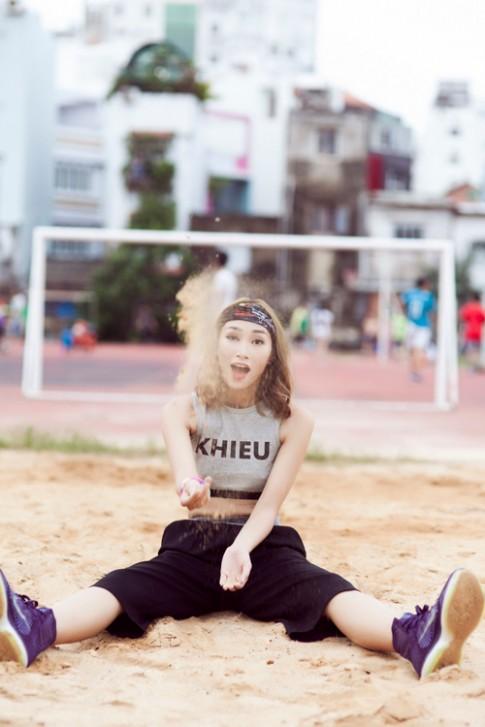 Trang Khiếu tái xuất với hình ảnh cô nàng nổi loạn