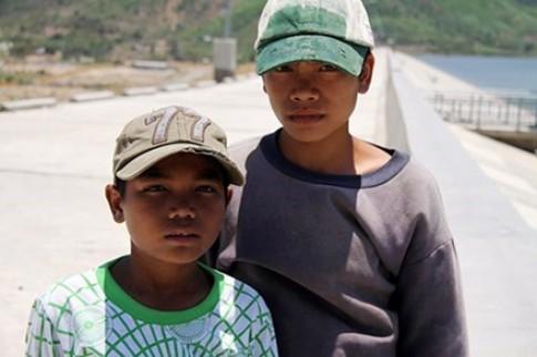 Trao Huy hiệu 'Tuổi trẻ dũng cảm' cho 2 học sinh cứu người