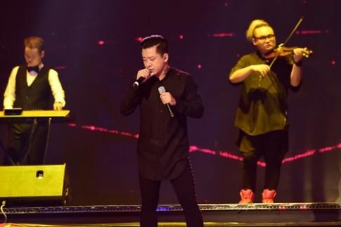 Tuấn Hưng gây chú ý khi cầm 2 micro biểu diễn trên sân khấu