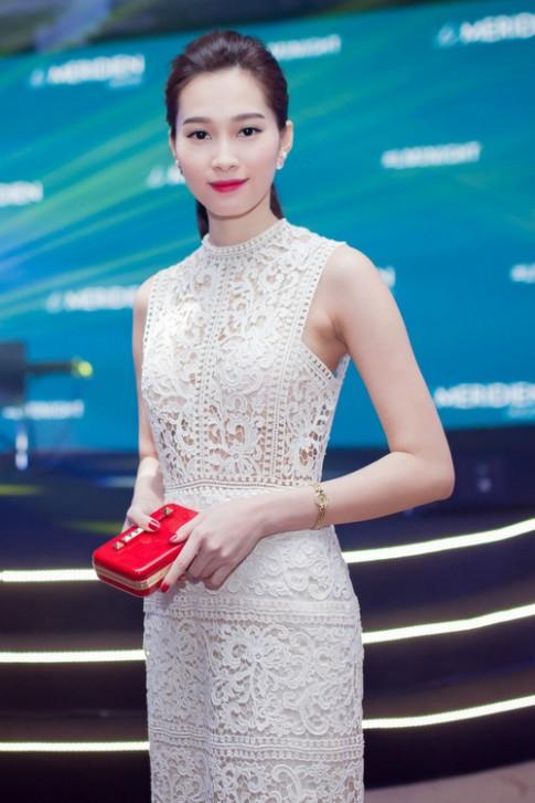 Váy áo 'hở mà không hư' của mỹ nhân Việt