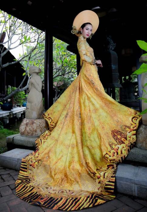 Váy hot nhất tuần: Áo dài đính rồng 1m2 của Thúy Vân