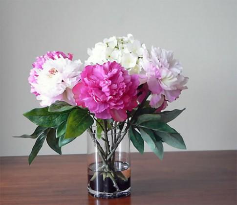 Vì sao nên hạn chế bày hoa giả trong nhà