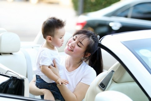 Vy Oanh lái xe mui trần chở con đi chơi ở phố Nguyễn Huệ