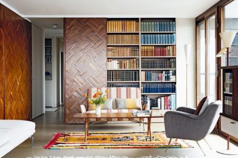 Xếp tủ sách bảy sắc cầu vồng để tạo điểm nhấn cho phòng