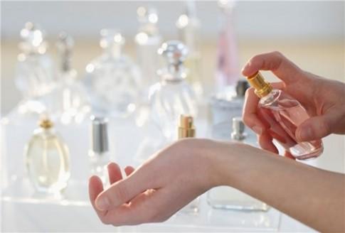 """8 """"mẹo"""" đơn giản giúp bạn giữ hương nước hoa thơm dai và lâu"""