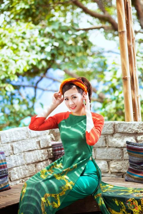 """Á hậu Tú Anh """"hóa"""" cô Tấm với áo dài dân tộc"""