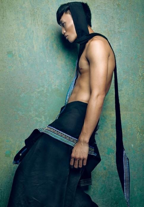 Chàng trai đồng tính ấn tượng trong trang phục Mông