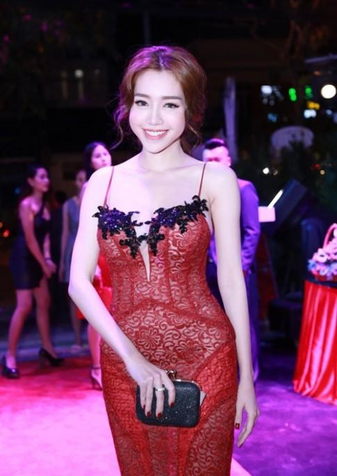 Elly Trần khoe dáng nuột nà sau khi sinh con 2 tháng