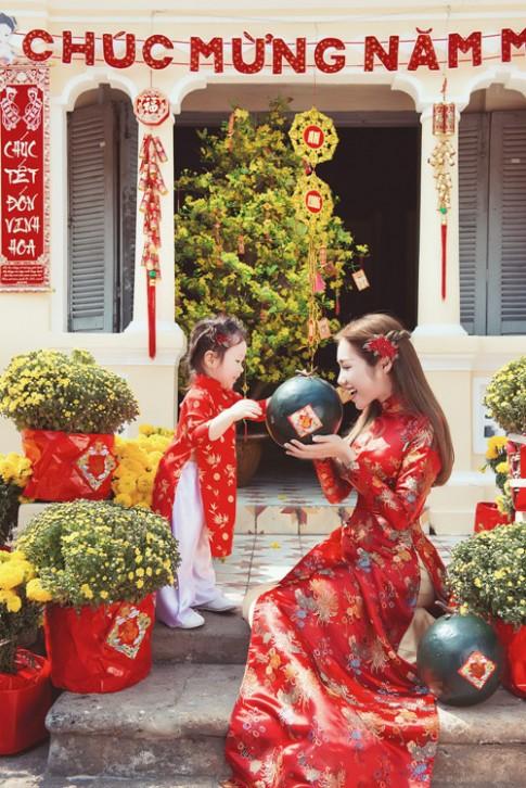 Elly Trần lần đầu chụp ảnh đón Tết cùng con gái