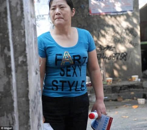 Hàng loạt áo phông Trung Quốc in chữ thô tục, nhạy cảm
