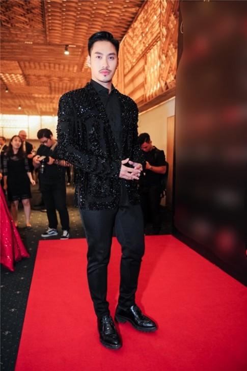 Huyền Thanh, Phí Phương Anh lộ vẻ căng thẳng, suýt té ngã khi catwalk
