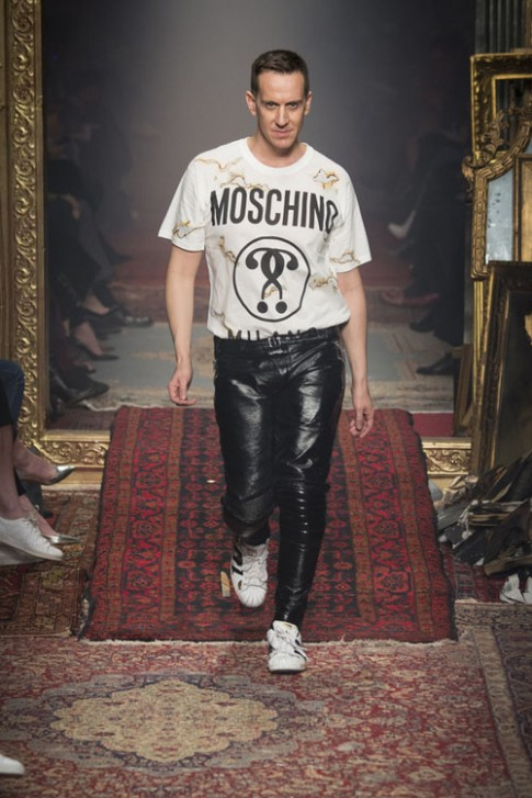 Moschino váy nham nhở, Gigi Hadid dính sự cố váy áo