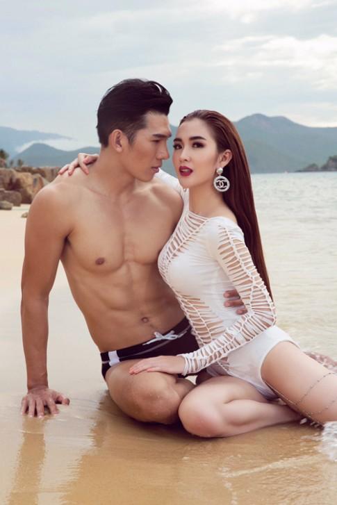 Mỹ nhân đội Phạm Hương sexy với áo tắm khoét xẻ