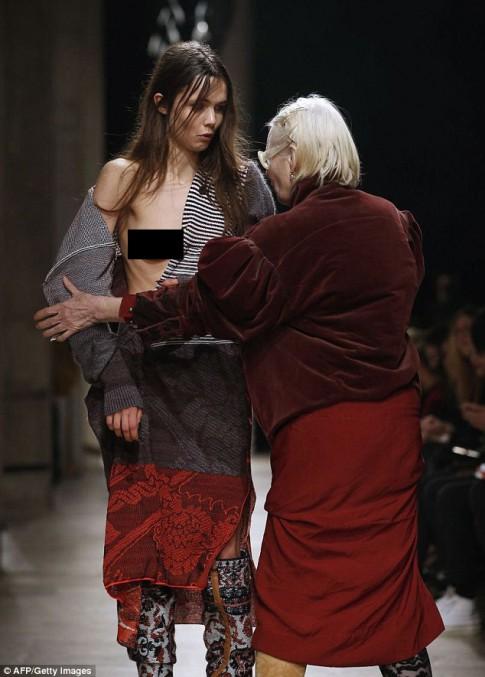 """Nhà thiết kế """"giải cứu"""" người mẫu gặp sự cố váy áo"""
