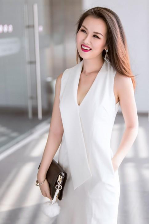 Nữ ca sĩ trẻ gợi ý mặc đồ đen, trắng cho nàng công sở