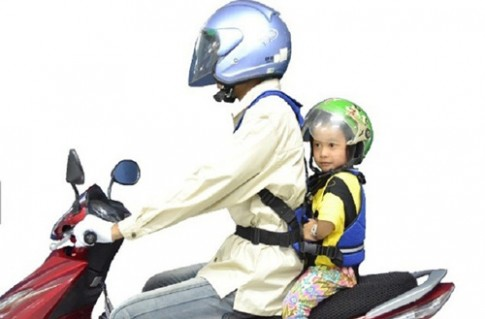 Vị trí nguy hiểm khi cho trẻ con ngồi xe máy