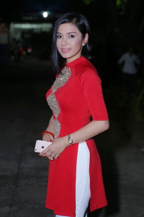Việt Trinh hôn Ngọc Sơn thắm thiết khi làm từ thiện