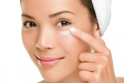 4 mẹo hay loại bỏ trang điểm mắt dễ dàng
