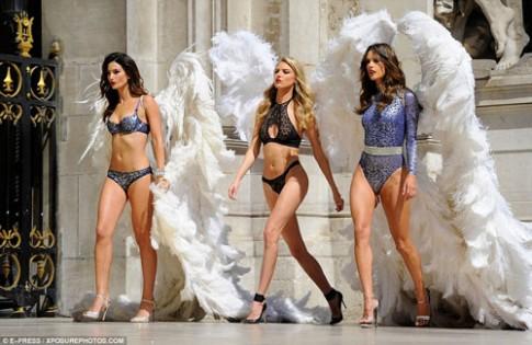 4 siêu mẫu mặc nội y, đeo cánh khuấy đảo nhà hát Paris