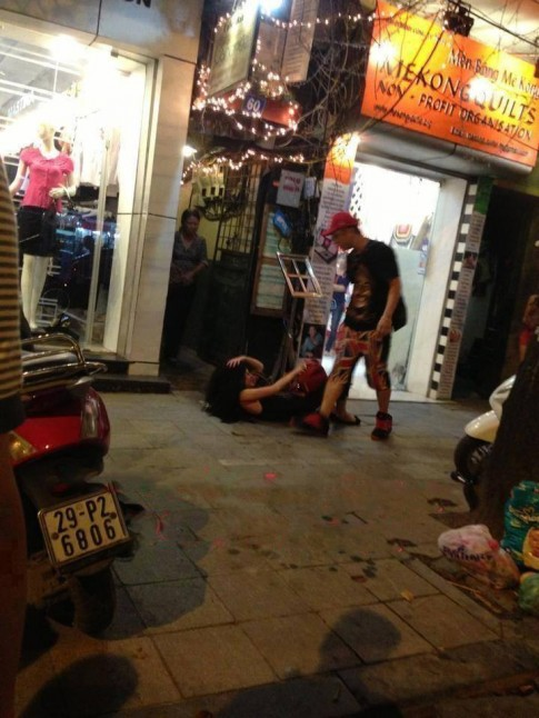 Andrea bị Yanbi đánh chửi trên phố