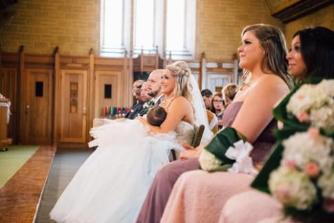 """Ảnh mẹ cho con bú trong lễ cưới của chính mình gây """"sốt"""""""