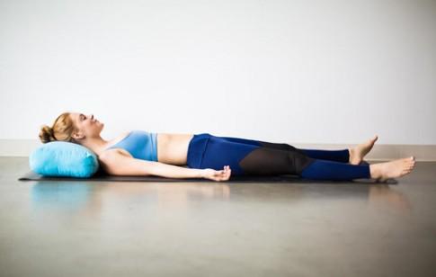 Đẹp từ dáng tới da với 5 động tác yoga đơn giản