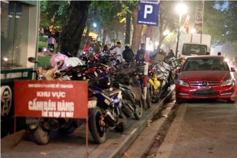 Hà Nội: Giá vé gửi xe máy tăng 10 lần trong đêm Noel