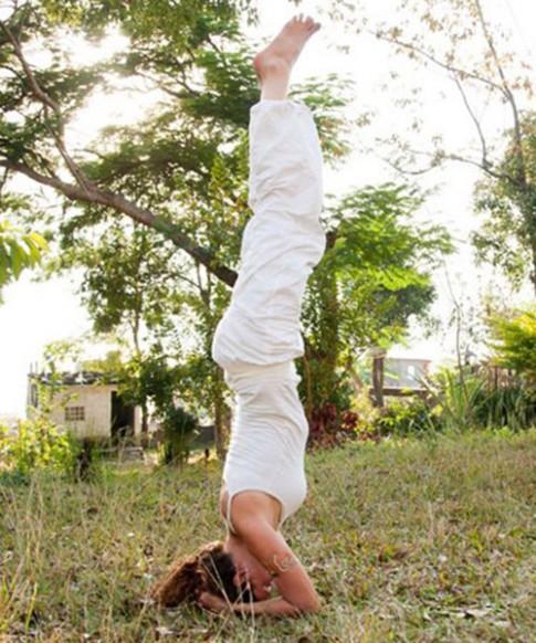 Khỏe người, đen tóc bởi 8 động tác yoga