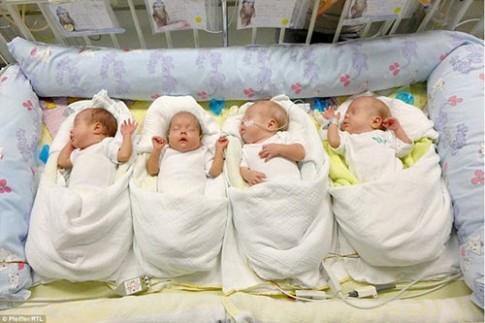 Mẹ U70, có 13 con, vẫn sinh tư thành công