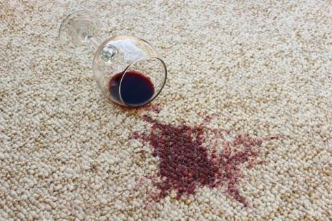 Mẹo giặt sạch bong vết thực phẩm, đồ uống dính trên thảm