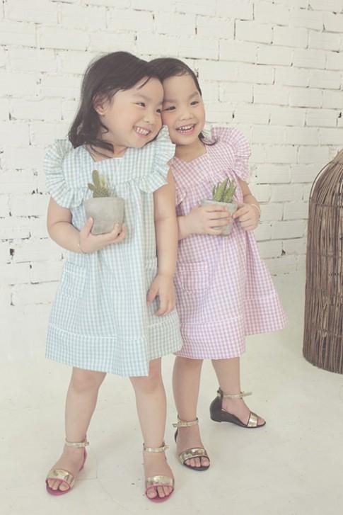 Ngắm hai cô nàng song sinh lũn chũn mặc váy hè tuyệt xinh