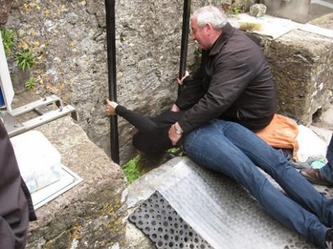 Thi nhau hôn đá để thành 'thánh hùng biện' ở Ireland