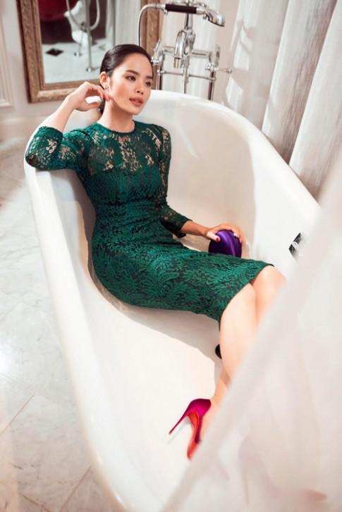 Thu Hiền khoe vòng eo siêu phẳng với váy áo ôm sát