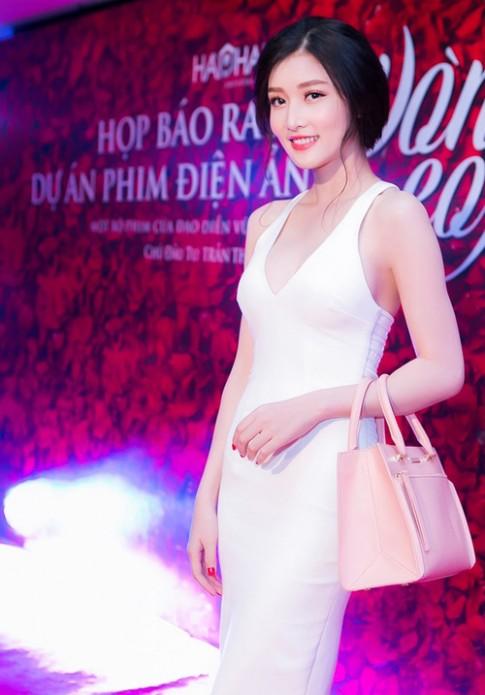 Triệu Thị Hà khoe đường cong với váy ôm sát, xẻ bạo