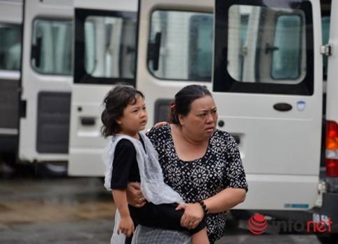 Xé lòng những đứa trẻ đeo vành khăn trắng trong lễ viếng các chiến sĩ Casa 212
