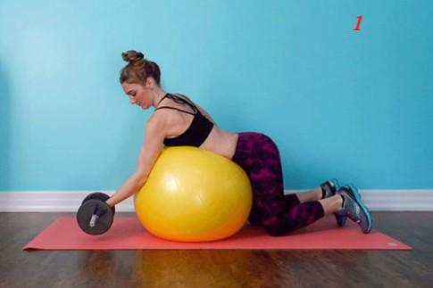 4 bài tập tạ tay trên bóng giúp eo thon, ngực nở
