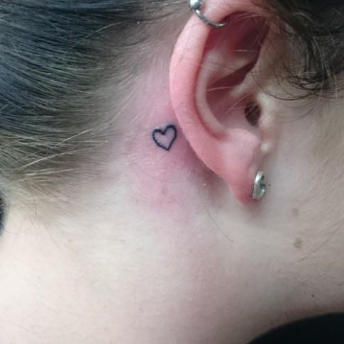 Bạn có biết vì sao hình xăm sau tai lại mê mẩn toàn bộ phái đẹp?