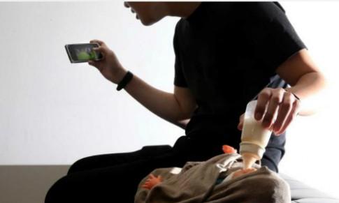 Bé sơ sinh mất mạng vì bố vừa cho bú bình vừa chơi điện thoại