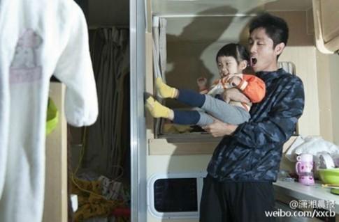 Bố đại gia bán nhà đưa con gái 2 tuổi đi vòng quanh thế giới