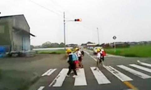 Cách trẻ em Nhật sang đường và bài học cho người Việt Nam