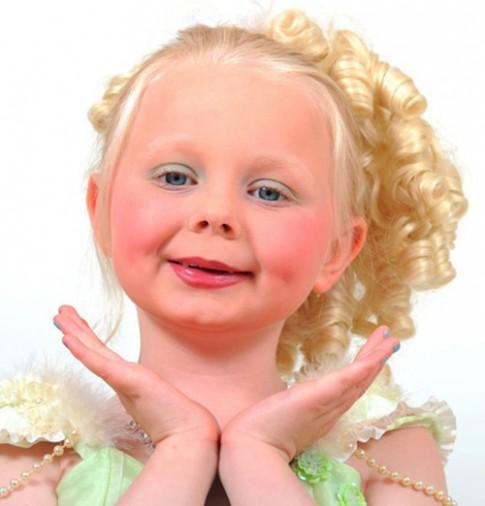 Cô bé 6 tuổi mê thi sắc đẹp