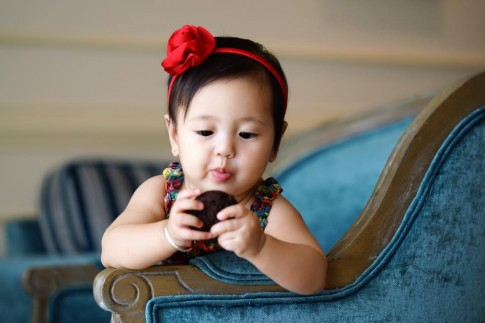 Con gái Hà Kiều Anh ăn hau háu khiến các mẹ bỉm sữa phát thèm