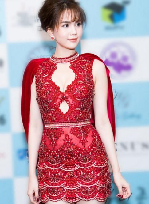 Đầm khoe đùi của Ngọc Trinh 'lạc điệu' trên sân khấu hoa hậu Hàn Quốc