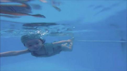 Dân mạng xôn xao với khả năng bơi cực giỏi của con gái Elly Trần