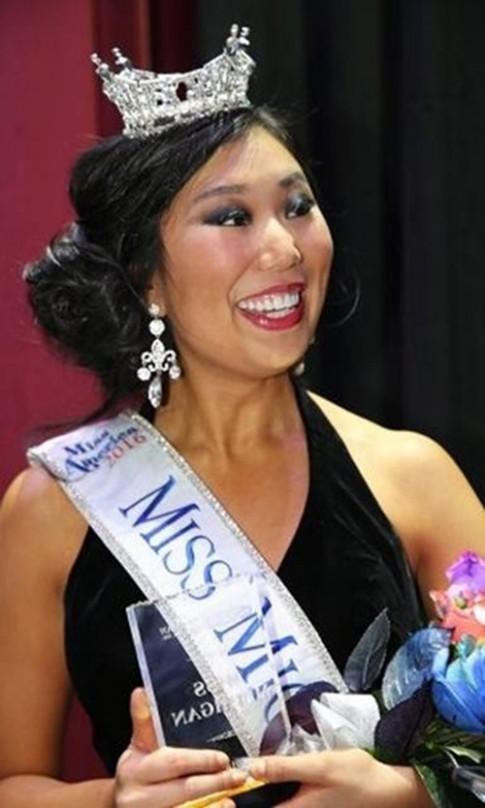 Đăng quang hoa hậu tại Mỹ, cô gái Trung Quốc bị chê xấu tả tơi