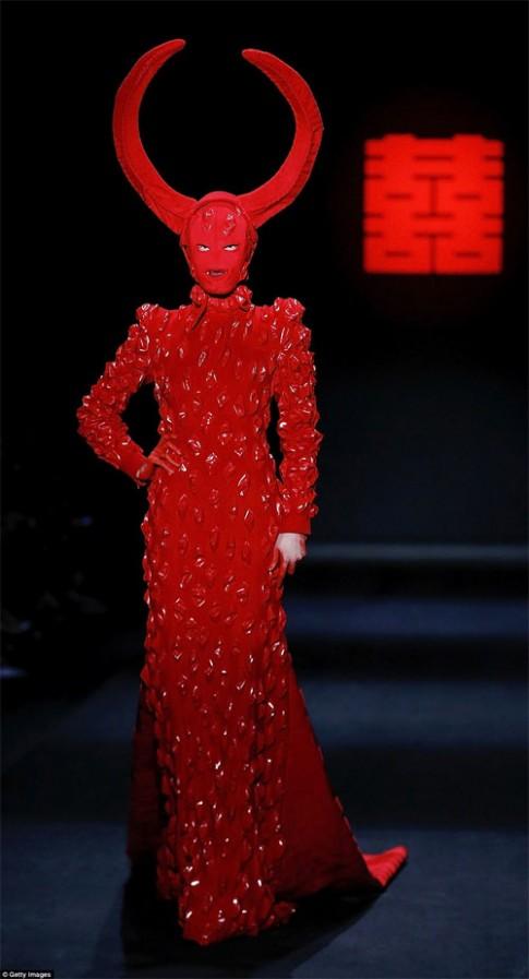 Giật mình trước thời trang máu me của NTK Trung Quốc